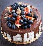 Gâteau de chocolat avec le glaçage, décoré du fruit frais image stock