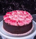 Gâteau de chocolat avec le glaçage de fraise Photographie stock