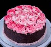 Gâteau de chocolat avec le glaçage de fraise Photos libres de droits