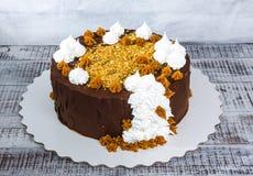 Gâteau de chocolat avec le merengue et le caramel salé Photo libre de droits