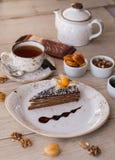 Gâteau de chocolat avec le thé et la confiture Photographie stock libre de droits
