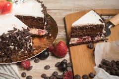 Gâteau de chocolat avec les écrous et le café image stock