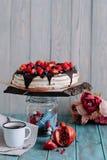 Gâteau de chocolat avec les baies et la menthe sur le support images libres de droits
