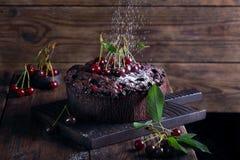 Gâteau de chocolat avec les cerises fraîches Images stock
