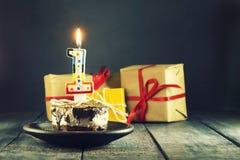 Gâteau de chocolat avec une bougie et des cadeaux Joyeux anniversaire, carte Carte de voeux de vacances Photographie stock libre de droits