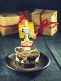 Gâteau de chocolat avec une bougie et des cadeaux Joyeux anniversaire, carte Carte de voeux de vacances Images libres de droits