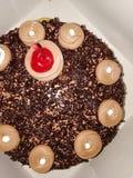 Gâteau de chocolat de Blackforest avec la cerise et gurnish avec du chocolat crémeux photographie stock libre de droits