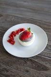 Gâteau de chocolat blanc avec la fraise Photos stock