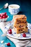 Gâteau de chocolat blanc, blondie, 'brownie' avec la canneberge et noix de coco photo stock
