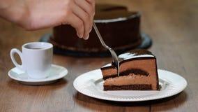 Gâteau de chocolat Consommation d'un morceau de gâteau de mousse de chocolat clips vidéos