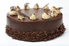 Gâteau de chocolat crème avec le glaçage sur le fond blanc Image stock