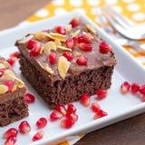 Gâteau de chocolat décoré de la grenade et de l'amande Photos libres de droits