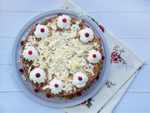 Gâteau de chocolat décoré des rosettes de crème et des baies sur un fond en bois Photos stock