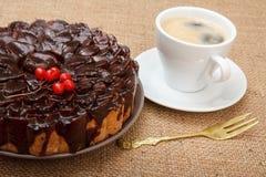 Gâteau de chocolat décoré du groupe de viburnum et de tasse de coffe Photographie stock