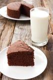 Gâteau de chocolat découpé en tranches du plat blanc Photos stock