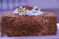 Gâteau de chocolat délicieux avec les abeilles crémeuses Photographie stock