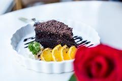 Gâteau de chocolat délicieux de foyer mou décoré de l'orange sur le whi Photo stock