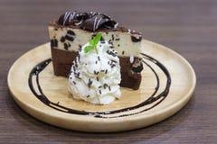 Gâteau de chocolat délicieux du plat en bois Gâteau fait maison servi l'esprit Images libres de droits