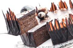 Gâteau de chocolat d'anniversaire avec la décoration de boule de chocolat, morceau de gâteau crème, pâtisserie, photographie pour Image libre de droits