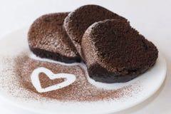 Gâteau de chocolat d'isolement sur le blanc Images stock