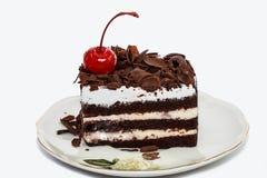 Gâteau de chocolat d'isolement sur le fond blanc Image libre de droits