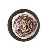 Gâteau de chocolat dans le moule pour des petits gâteaux d'isolement sur le fond blanc Image libre de droits