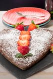 Gâteau de chocolat en forme de coeur avec des fraises Image libre de droits