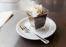 Gâteau de chocolat en verre carré Images libres de droits