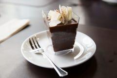 Gâteau de chocolat en verre carré Photos libres de droits