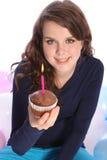 Gâteau de chocolat et bougie de réception pour la fille heureuse Images stock