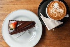 Gâteau de chocolat et cappucino Photographie stock libre de droits
