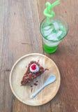 Gâteau de chocolat et eau de seltz verte Photos libres de droits