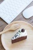 Gâteau de chocolat et matériel informatique Image libre de droits