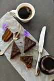 Gâteau de chocolat et tasse de café Photos libres de droits