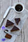 Gâteau de chocolat et tasse de café Photos stock