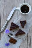 Gâteau de chocolat et tasse de café Images libres de droits