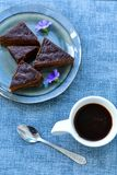 Gâteau de chocolat et tasse de café Photographie stock