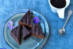 Gâteau de chocolat et tasse de café Image stock