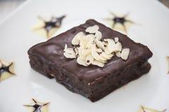 Gâteau de chocolat de la plaque blanche Photo libre de droits