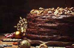 Gâteau de chocolat de Noël avec des écrous, fond foncé avec de fête image libre de droits