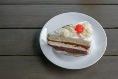 gâteau de chocolat noir et blanc sur la table en bois Photographie stock