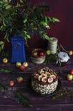 Gâteau de chocolat rustique avec les figues fraîches sur une table en bois Photo libre de droits