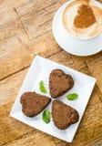 Gâteau de chocolat sous forme de coeur et café Photographie stock libre de droits