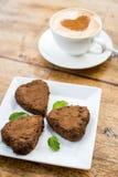 Gâteau de chocolat sous forme de coeur et café Photos stock