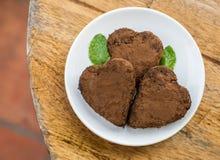 Gâteau de chocolat sous forme de coeur et café Photographie stock