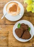 Gâteau de chocolat sous forme de coeur et café Photos libres de droits