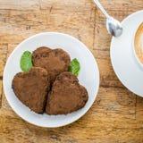 Gâteau de chocolat sous forme de coeur et café Photo stock