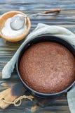 Gâteau de chocolat sous une forme en métal et cuvette avec du sucre en poudre Images stock