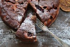 Gâteau de chocolat sur la table en bois Photos stock