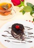 Gâteau de chocolat, thé chaud et rose de rouge Photos libres de droits